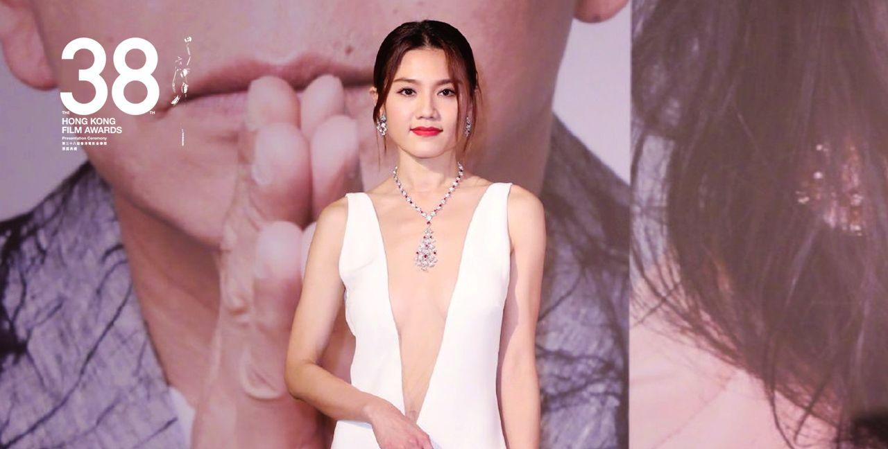 明星周秀娜一袭典雅白色长裙第38届香港电影金像奖红毯星尚现场!