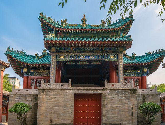 郑州城隍庙,位于郑州市商城路东段路北,原名城隍灵佑侯庙