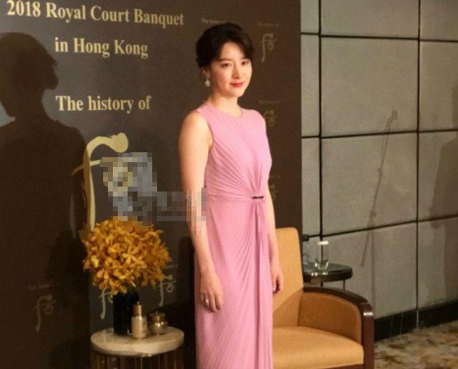 李英爱打扮优雅出席香港活动,网友:跟林青霞越来越像了!