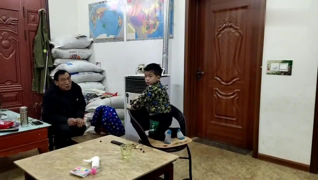 春节vlog菏泽农村封村了70岁爷爷和4岁孙子一起看动画片很