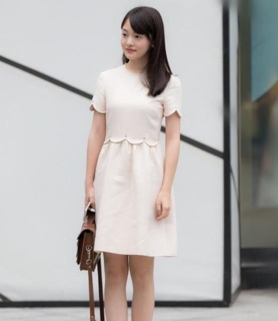 穿着时尚的小姐姐,一件粉色的连衣裙,时尚美丽大方!