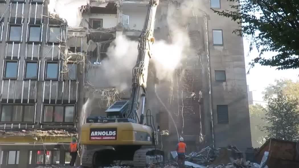 实拍,老外是如何拆掉一栋大楼的,一台工程机械就能轻松搞定