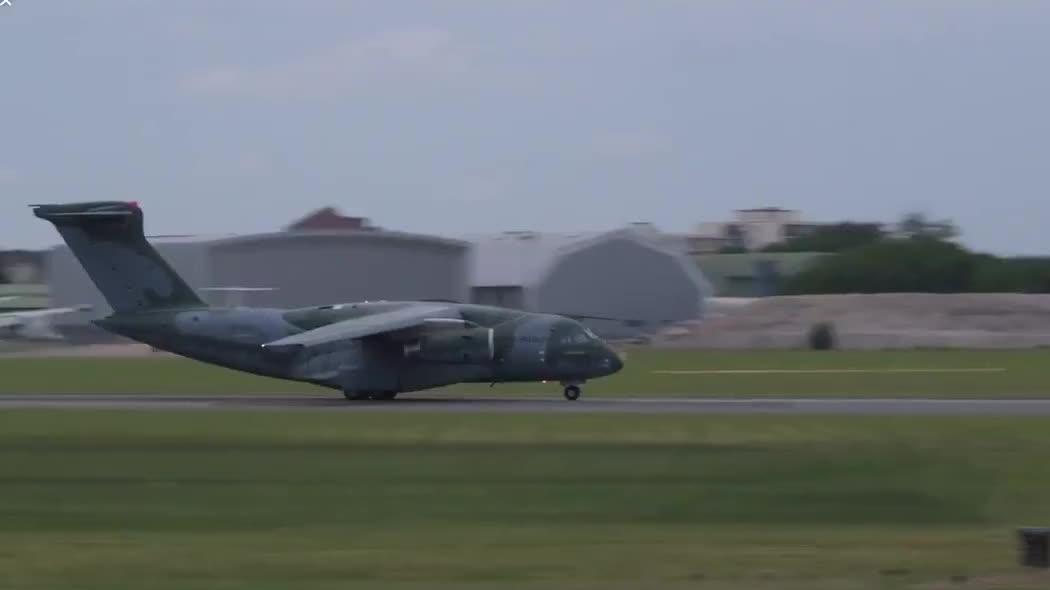 巴西KC390运输机亮相巴黎航展