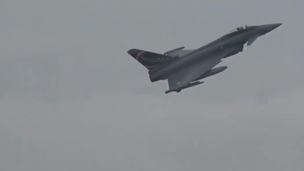 奥地利空军台风战斗机,进行特技飞行表演,展示其灵活机动性能!