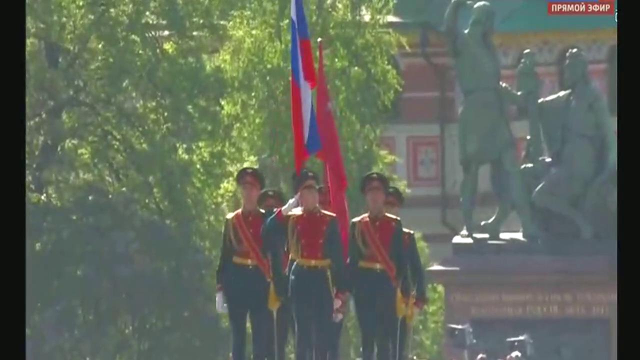 俄罗斯红场阅兵,7个人走出1个连的气势,不愧是战斗民族,霸气