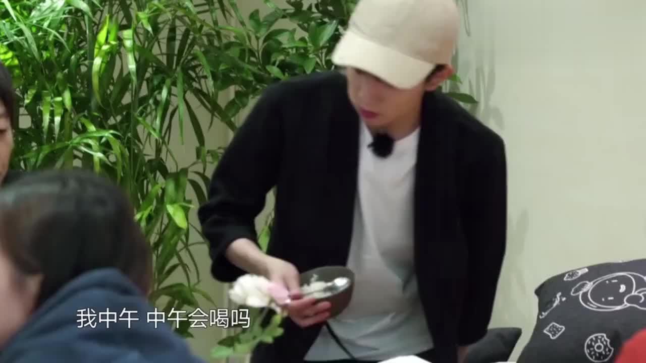 可爱王源向中国跳的最高的男人张国伟询问怎么才能长高