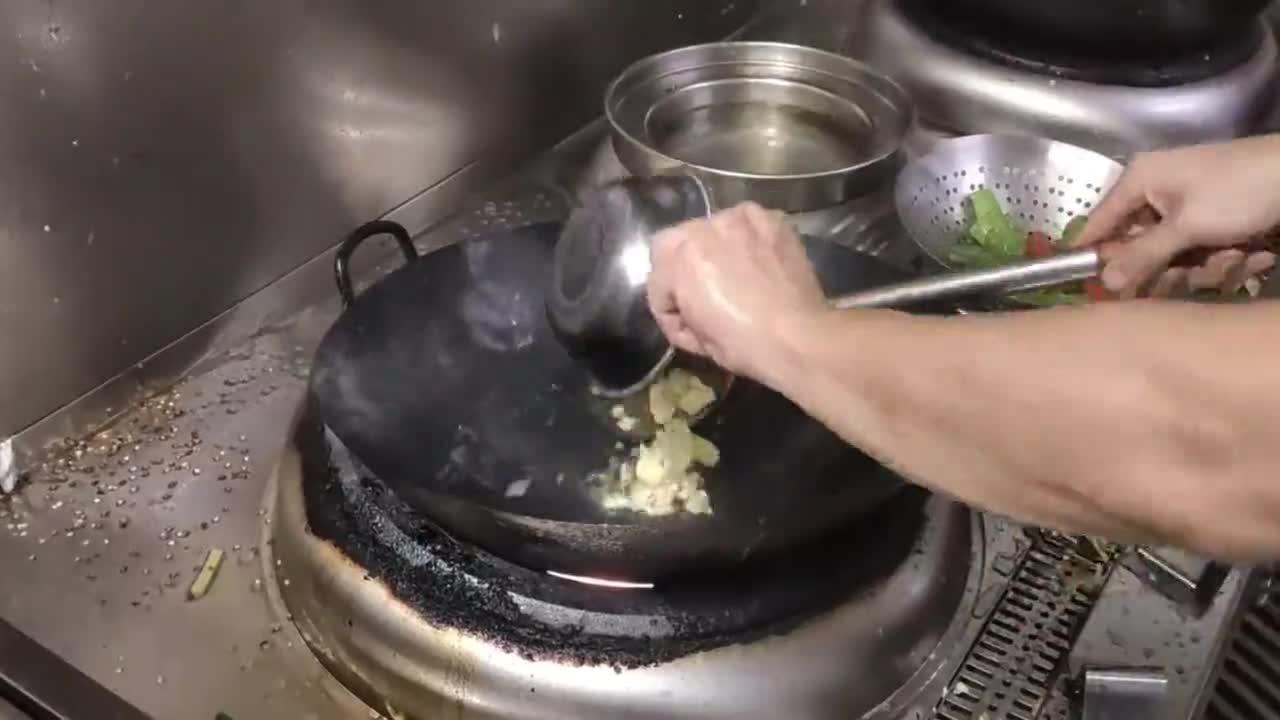 月薪16000大厨,上班第一天做道番茄炒蛋,震撼了酒店后厨