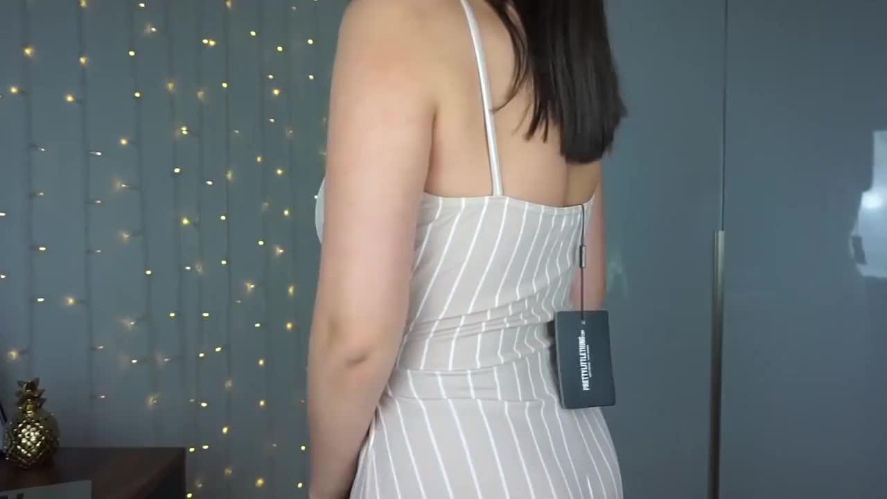 时尚穿搭展示:吊带条纹连体衣