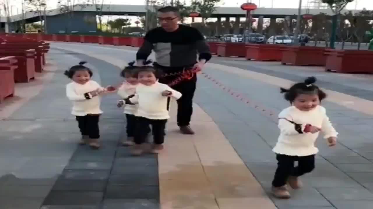 老父亲用防丢绳带四胞胎姐妹出去玩接下来萌宝的动作把人笑喷了