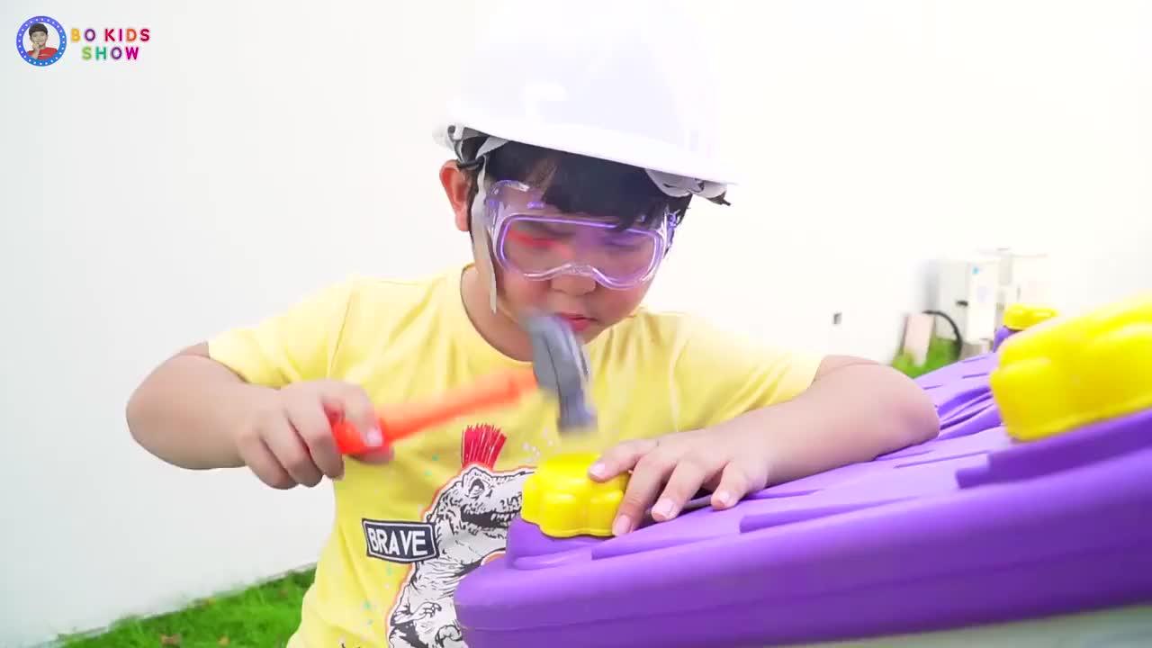 儿童扮演游戏小男孩使用锤子不小心将手指砸伤了