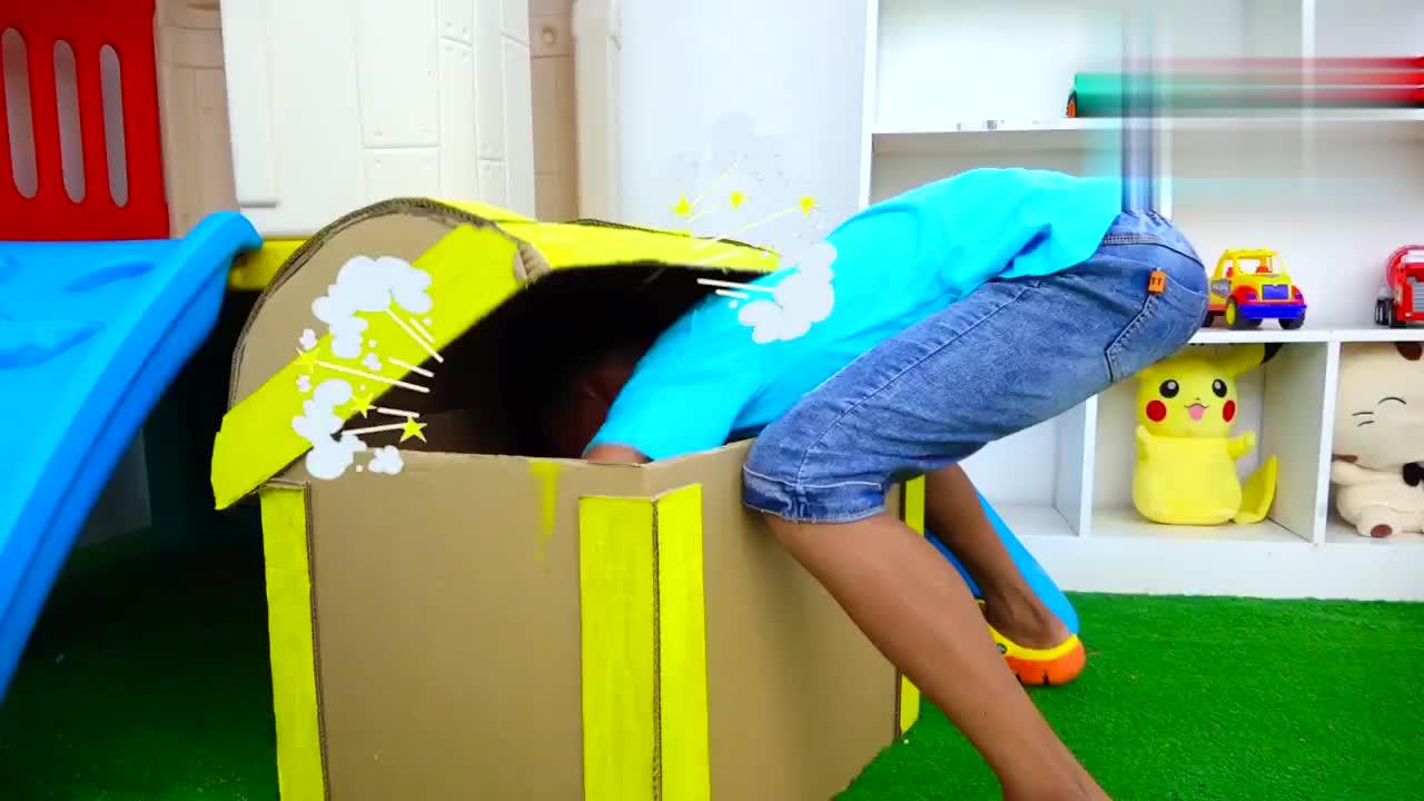 儿童扮演游戏小男孩扮演各种角色展开有趣游戏