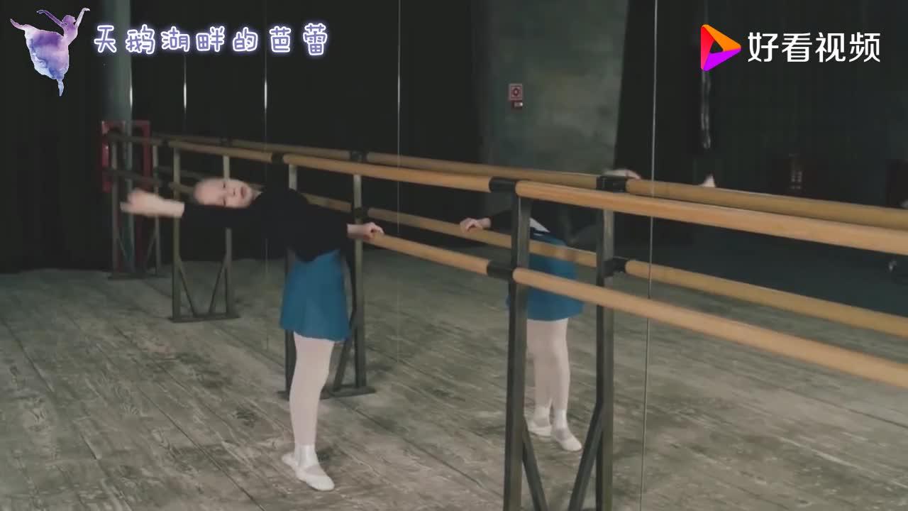 不愧是俄罗斯最小的芭蕾公主年仅9岁就有如此气质