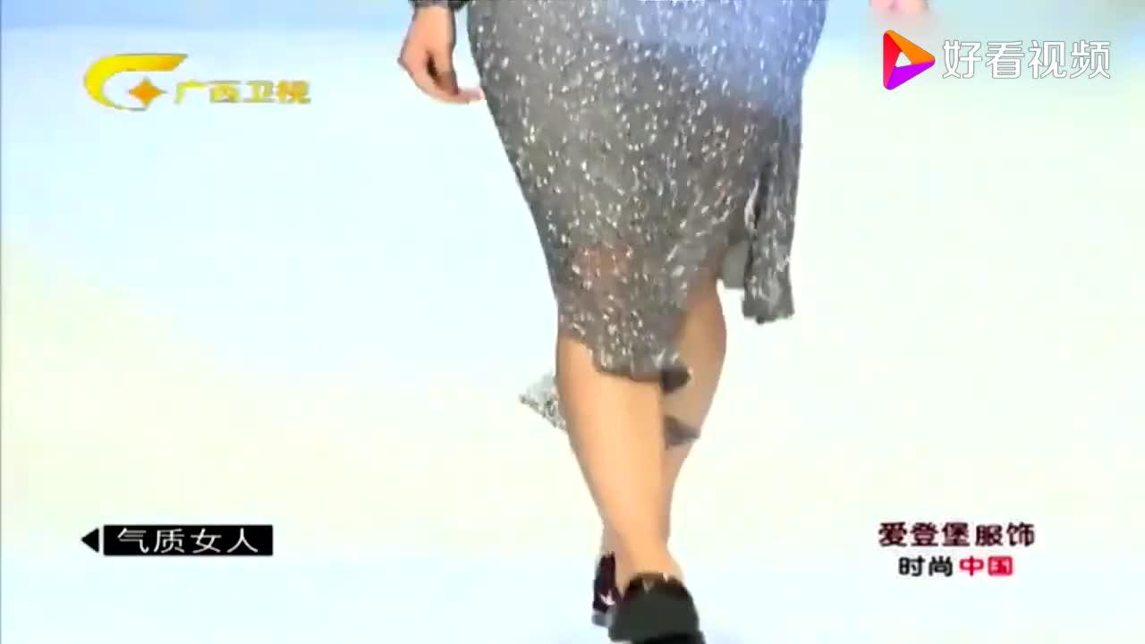 修身的薄纱裙装配上颜色各异的短外套时尚又潮流