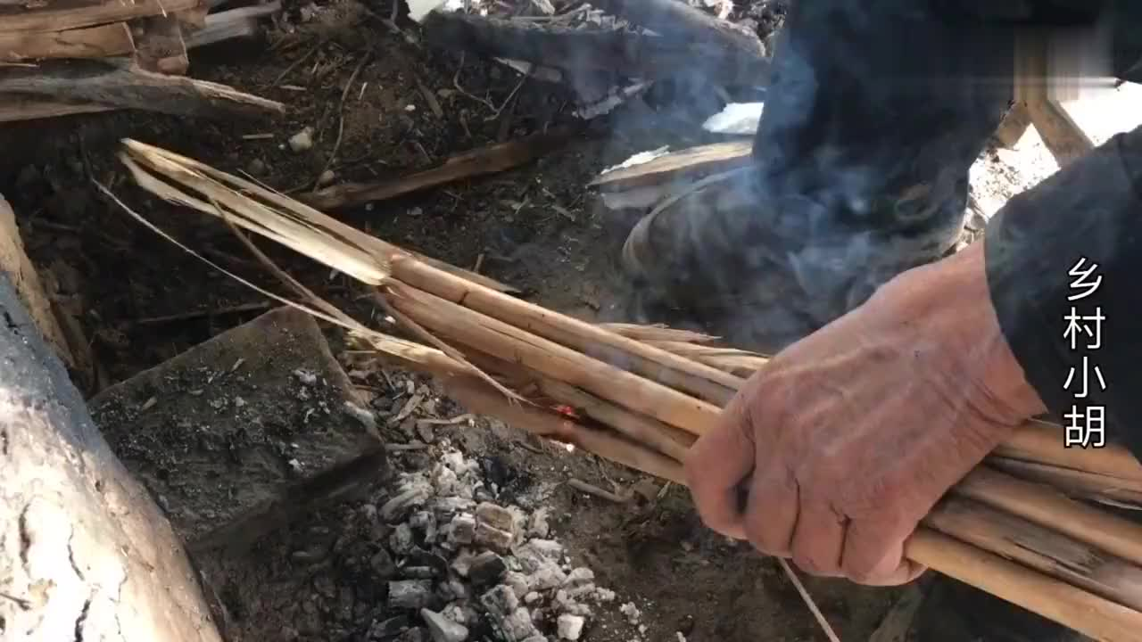 农村小伙帮村里的光棍老人做饭这小土灶火力猛真有特色