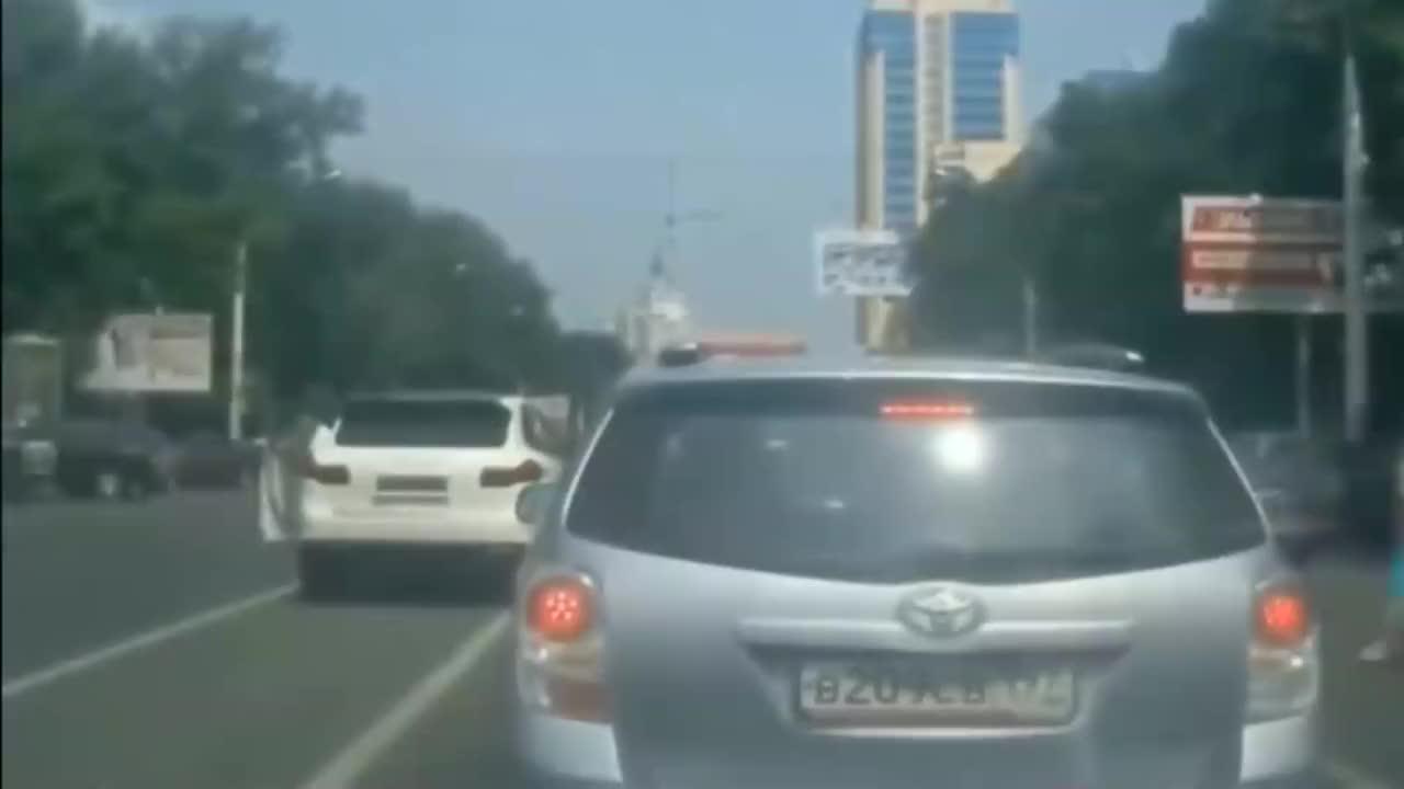 路怒一名男子对后面轿车拳打脚踢接下来的一幕让人无语