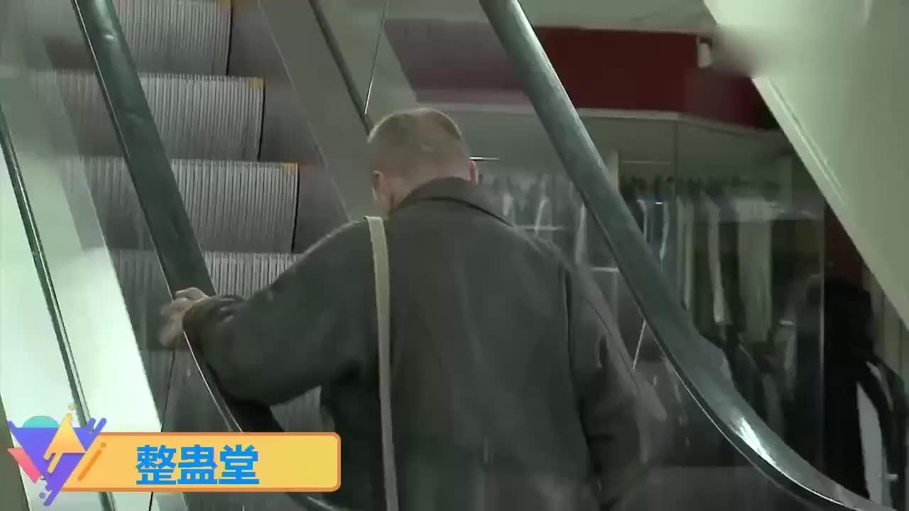 国外爆笑街头恶搞路人刚上电梯结果却被挎包勾住了垃圾桶