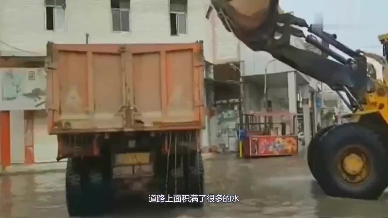 装载机清理路面积水看到水不断流出来我忍不住笑了这智商我服了