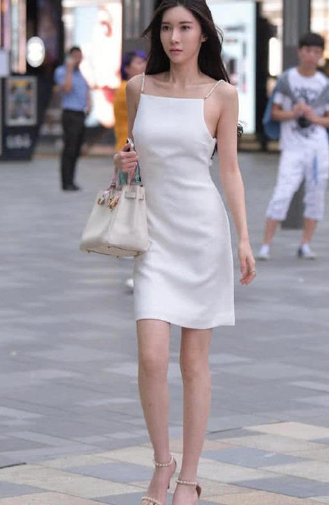 路人街拍:偶遇清纯女神白色珍珠吊带连衣裙,简洁却不乏优雅