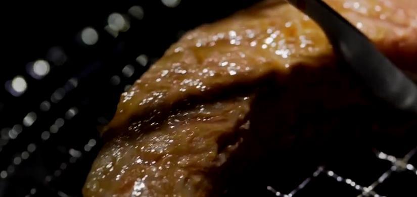 在商场里边发现一家烤肉店,M9的肉才起来如何?看完就知道!