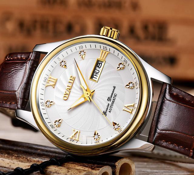 手表利用缜密的防水结构,矿物质强化镜面,防刮耐磨,通光性好,滴水成珠