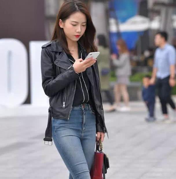 美图鉴赏之街拍:追求个性的着装风格,首选牛仔裤,你们说对吗?