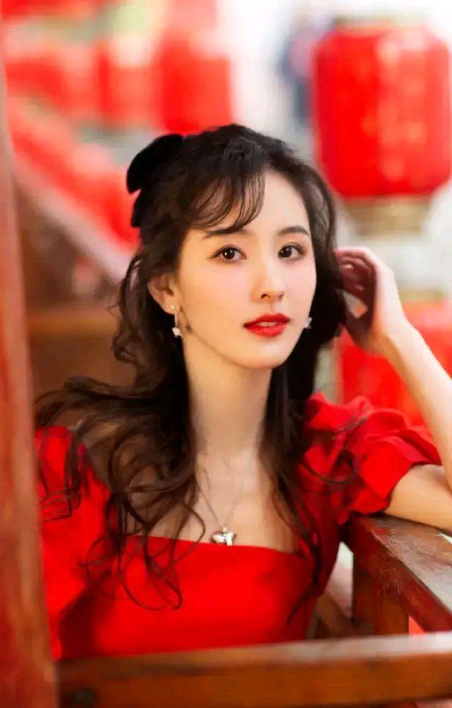 陈都灵精美壁纸:颜值完美,气质迷人,很吸引人!