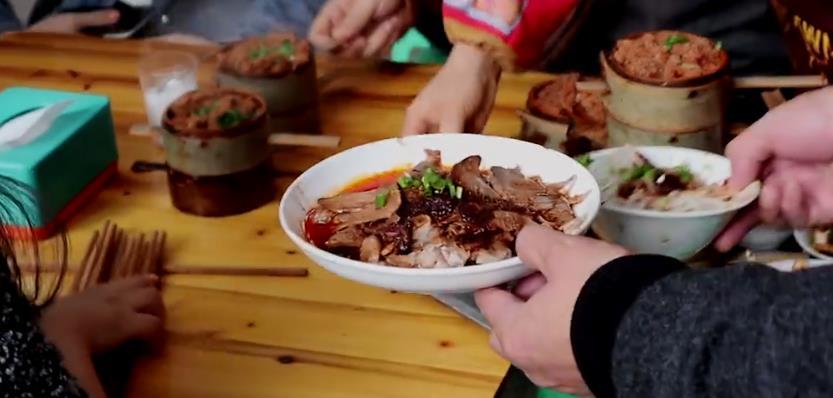 重庆一家羊肉小吃店,八个服务员忙到不可开交,70元五菜一汤!