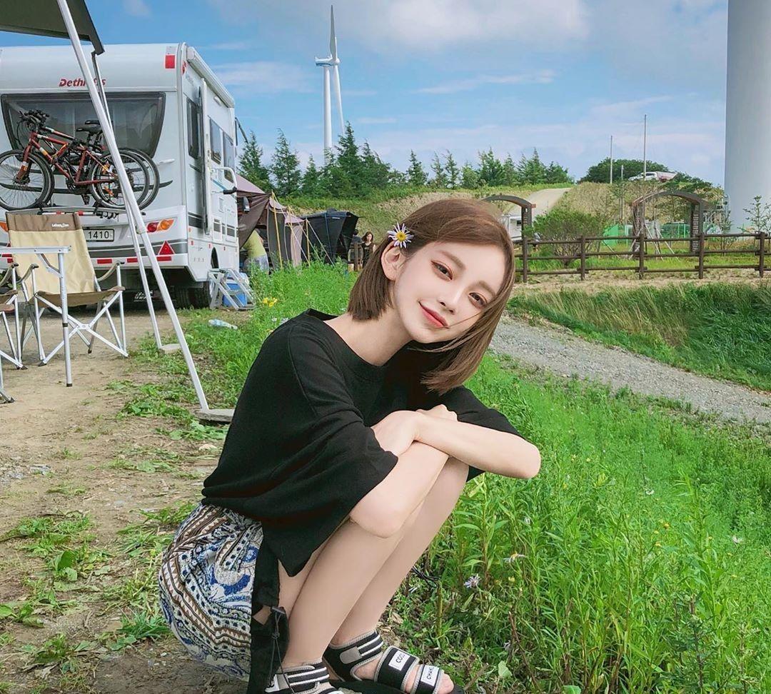 女大学生班级组织去草原旅行,这里空气清新让人们觉得很放松