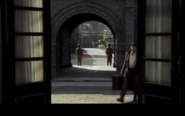 青年被大卡车拉走女学生紧追到大门口却被拒绝入内