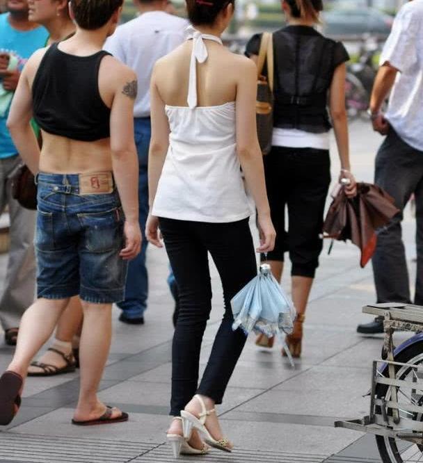 路人街拍:时尚优雅的黑白配,露背装性感又迷人!