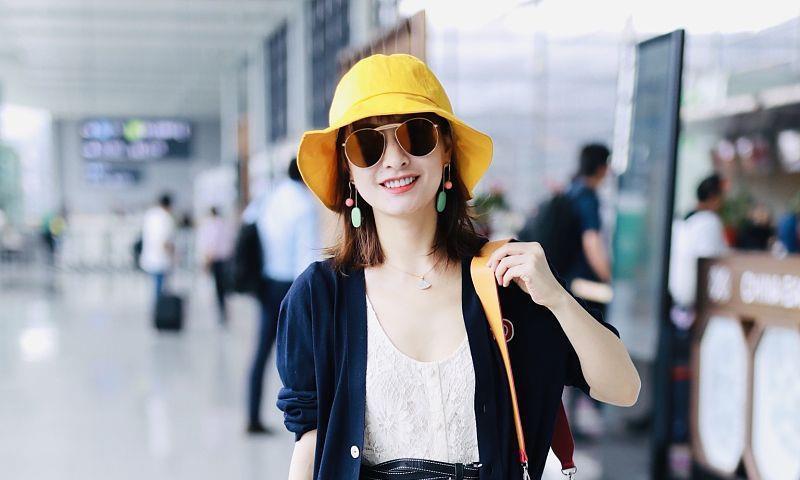 吴昕私服越来越随性了,无惧炎热穿黑白装走机场,看得我都好热