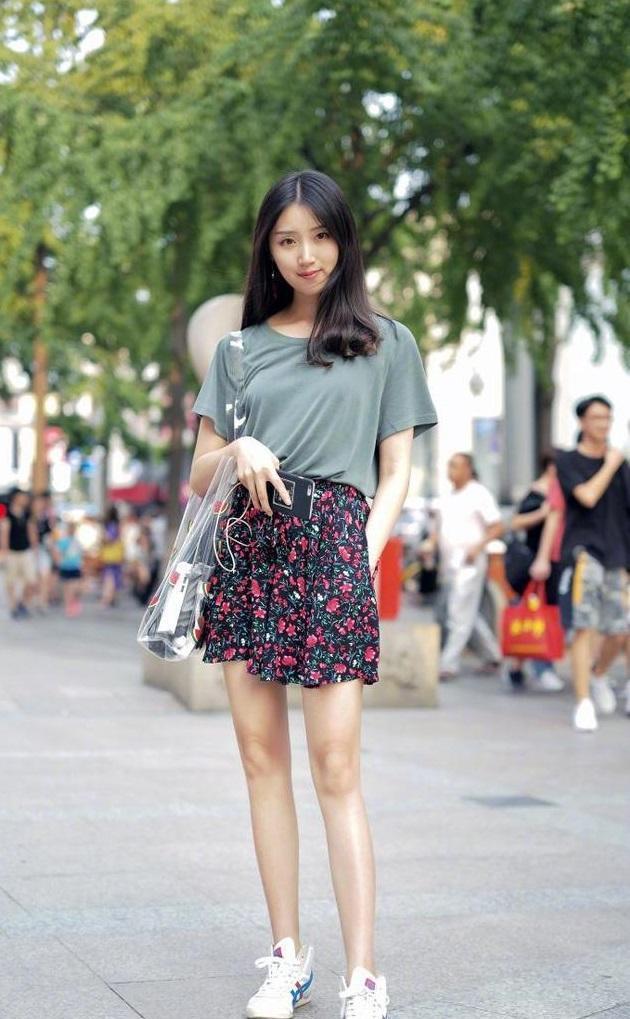 街拍:小姐姐的连衣短裙有点像旗袍,但比旗袍裙更显得活泼淡雅