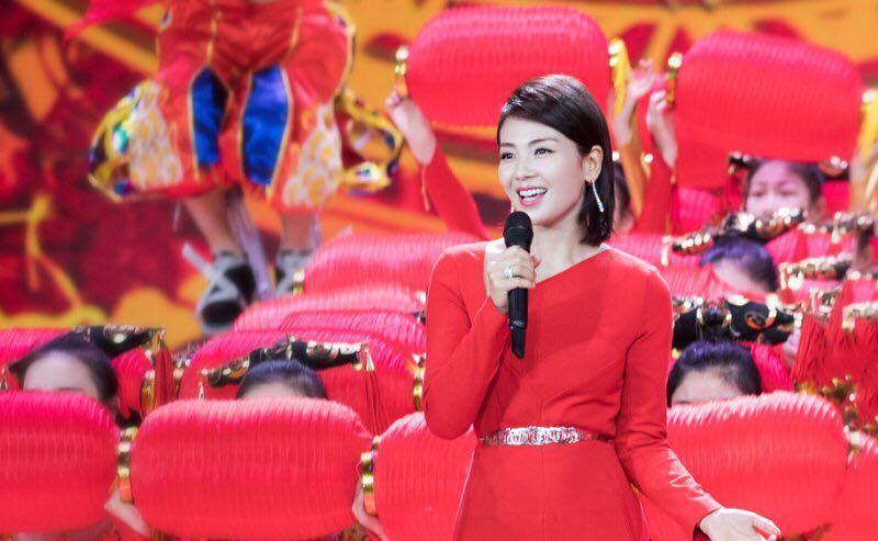 刘涛剪刘海后更甜美了,演绎两套中国红印花礼裙,美得惊艳又高级