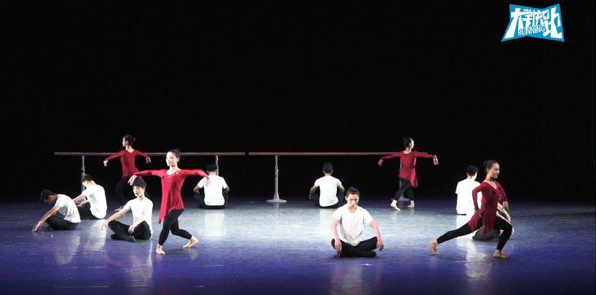 这些90后舞蹈系女生,表演的这支现代舞,优美的舞姿很吸引人