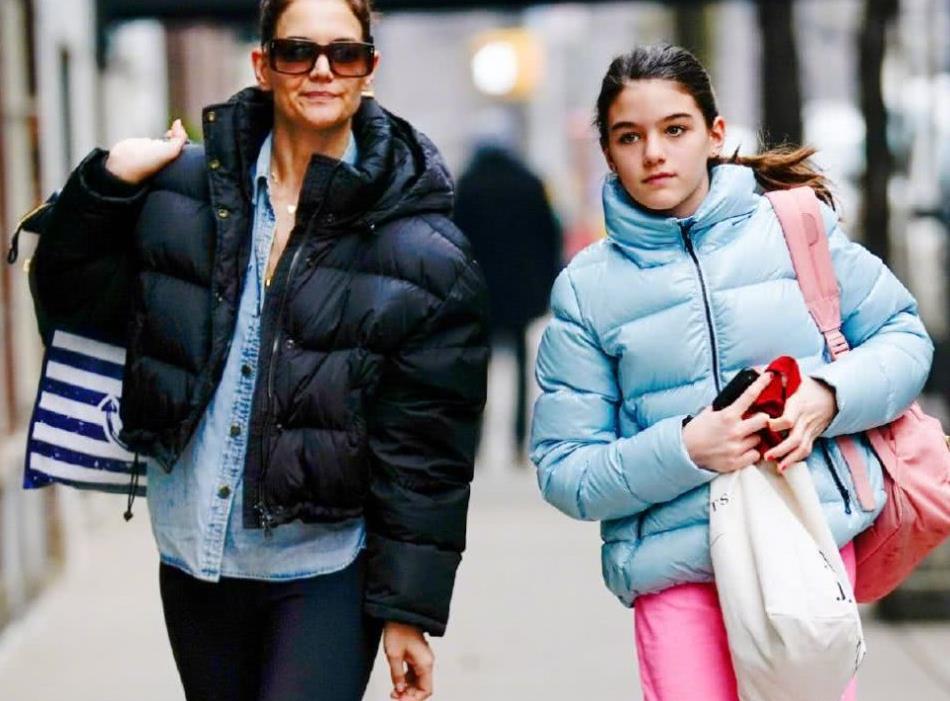 苏瑞克鲁斯穿蓝色羽绒服和妈妈一同现身 扎着头发打扮运动时尚