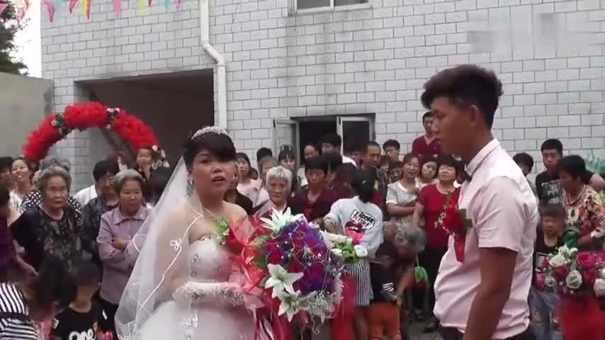 河北农村结婚拜堂新郎也太没有默契了新娘都想打他