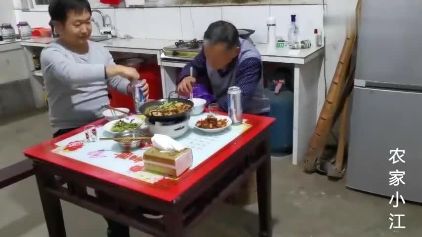 安徽舒城农村晚上和老爸一人一罐啤酒天冷了火炉煮着吃热乎