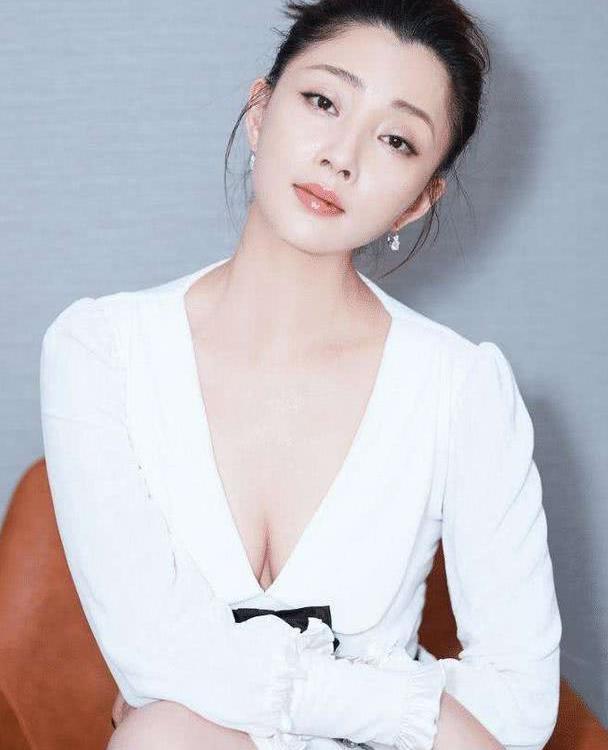 40岁殷桃穿深V裙装尽显高级妩媚,长腿诱惑,剪了刘海年轻10岁
