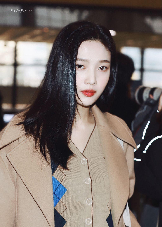 朴秀荣金浦机场私服街拍,长发红唇尽显成熟优雅