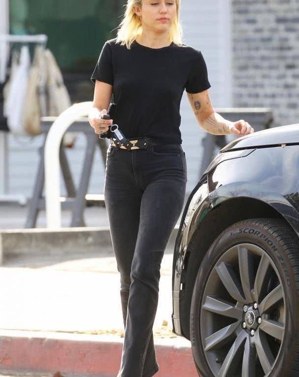 女星麦莉·赛勒斯洛杉矶街头时尚拍照,她有一种特别的气质
