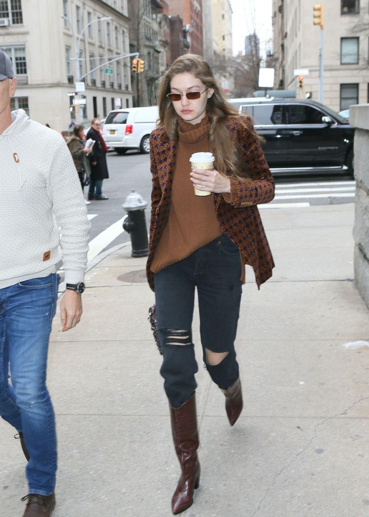 25岁超模Gigi瘦了,破洞裤大秀长腿,混搭风太帅了!
