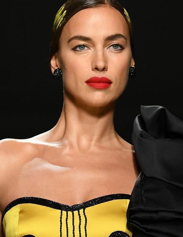 33岁超模伊莲娜忙碌于米兰时装周,如音符般有韵律,乔治娜也来了