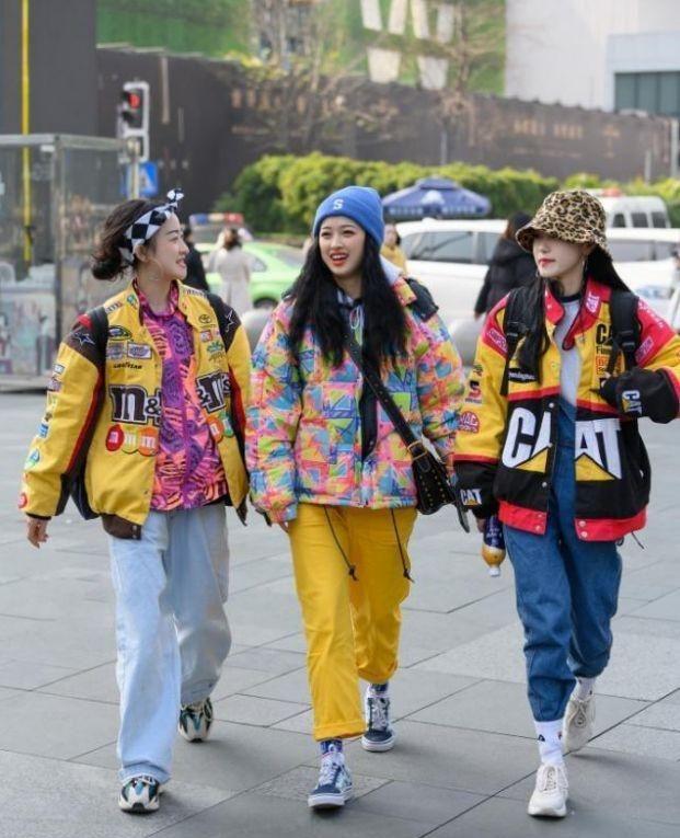 街拍:搭配非常亮眼的3姐妹,潮流压街