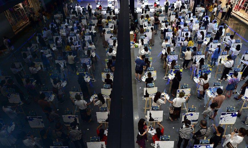150人齐绘梵高印象派巨作场面震撼 画师年龄4岁到60岁不等