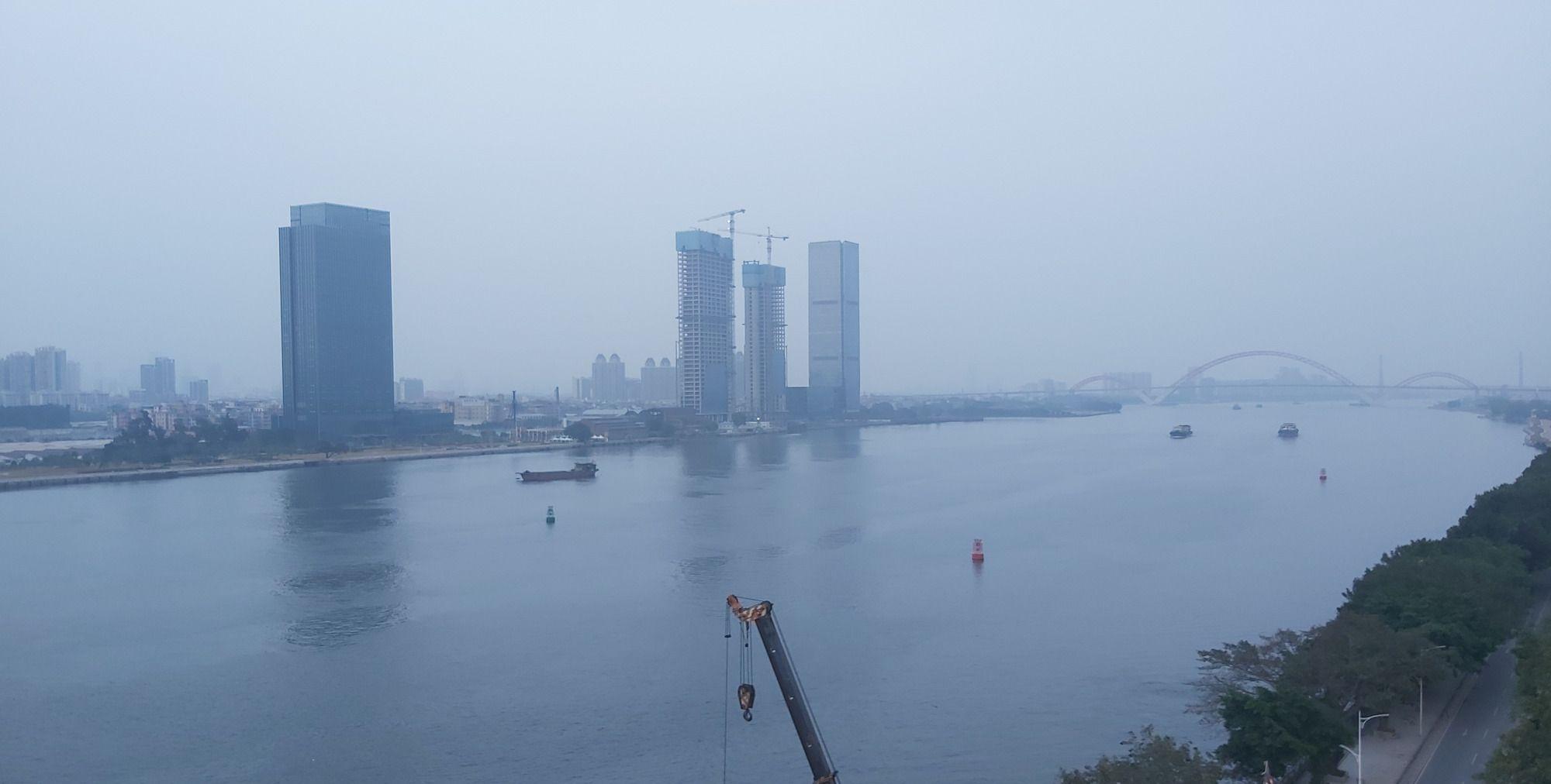 广州洛溪大桥,加宽工程热火朝天地进行中,可以看到施工的场景