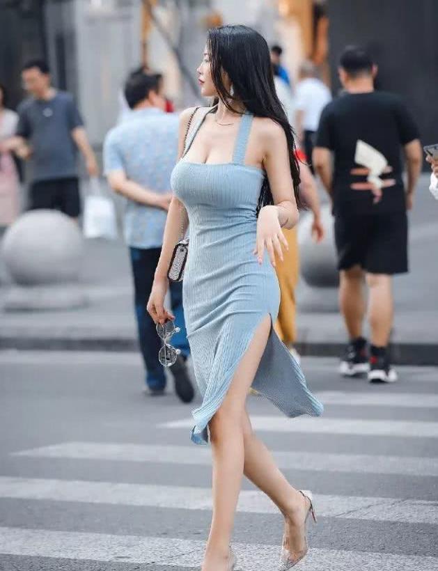 紧身裙搭配高跟鞋,展现出女性傲人的身姿