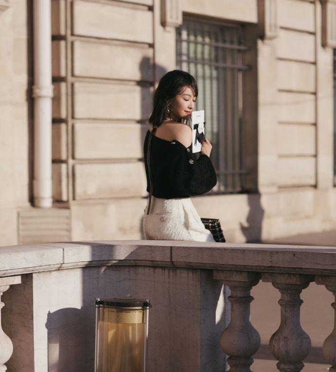 宋茜黑色皮穿链手袋点缀其中干练从容,经典的黑白配复古洒脱