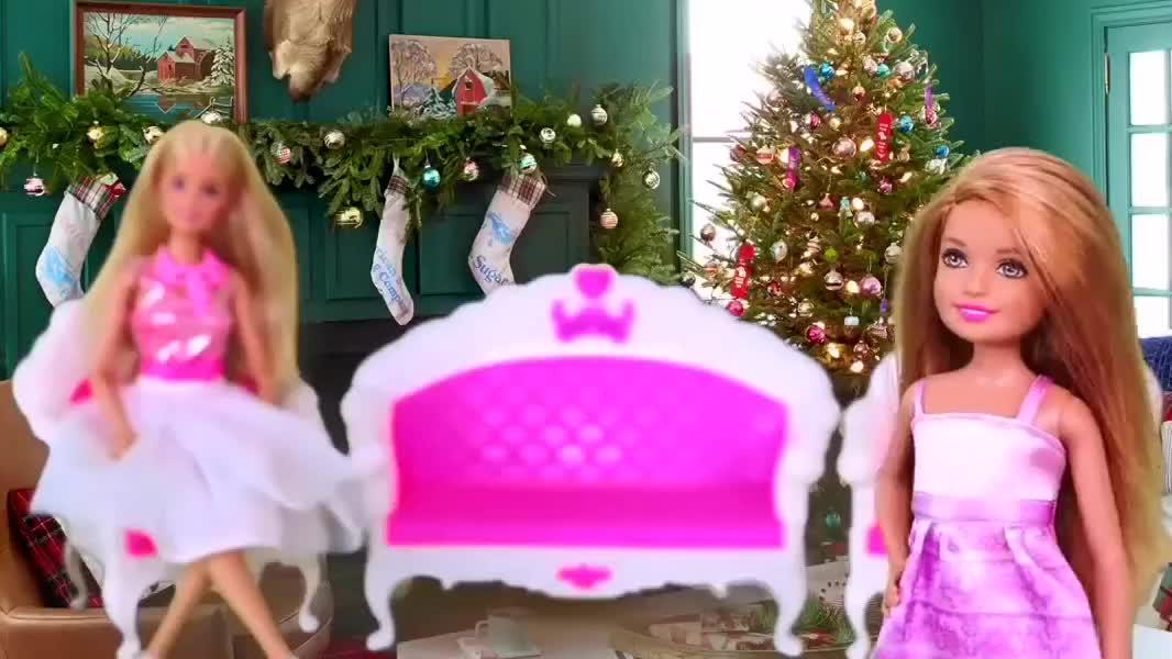 芭比娃娃的圣诞节,用橡皮泥给男芭比做圣诞老爷爷服装,派送礼物