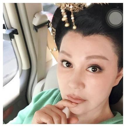 51岁江珊和51岁徐帆,网友:没打玻尿酸的脸,老了看着也自