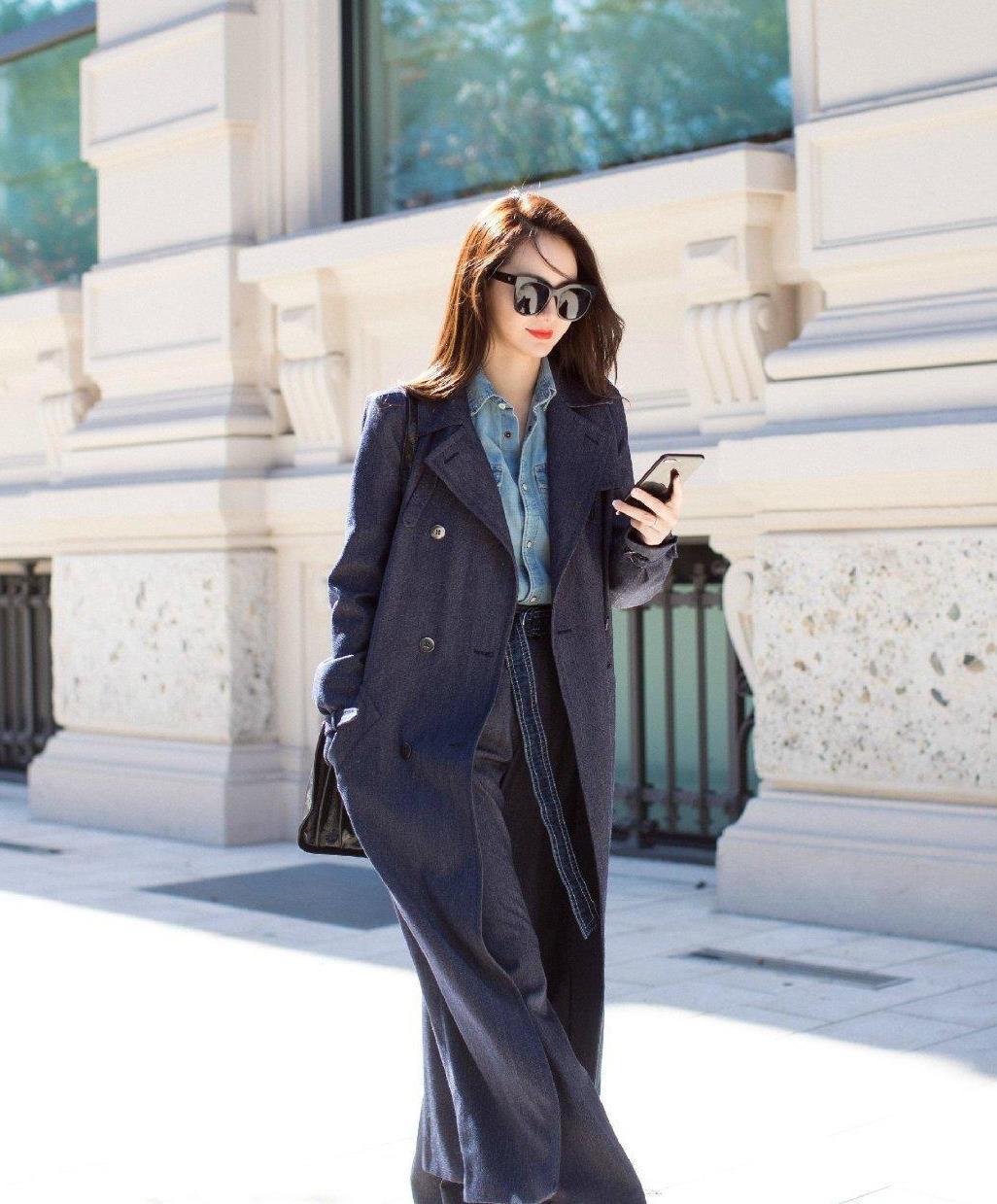 戚薇可真是个时髦精,深蓝色大衣搭配衬衫霸气干练,气场十足